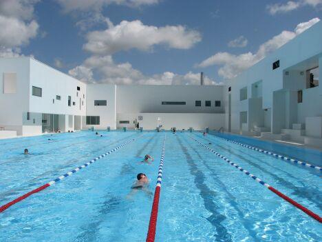 """La bassin de plein air de la piscine des Docks au Havre<span class=""""normal italic petit"""">DR</span>"""