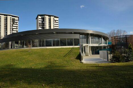 """La piscine Les Dauphins à Grenoble, vue de l'extérieur<span class=""""normal italic"""">DR</span>"""
