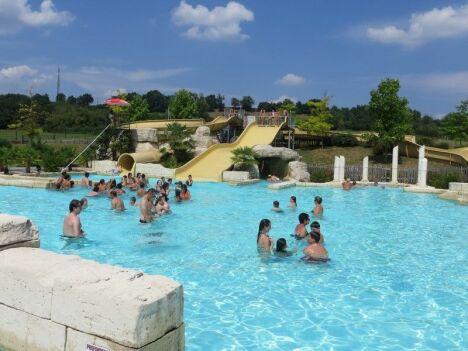 Une sortie en famille à la piscine Lud'o Parc à Nerac, sous un beau ciel bleu.