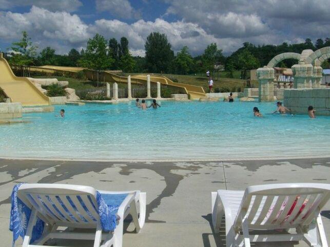 La piscine de Nerac propose des chaises longues pour bronzer après la baignade.