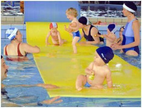 """Bébés nageurs à la piscine Mallarmé à Besançon<span class=""""normal italic petit"""">DR</span>"""