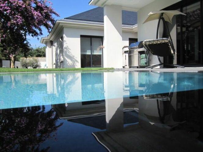 piscine miroir carr bleu. Black Bedroom Furniture Sets. Home Design Ideas