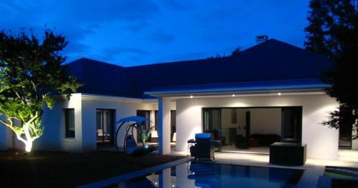 Les plus belles piscines tendances et modernes en photos for Piscine carre bleu