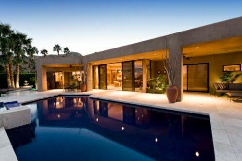 La piscine miroir a une apparence très esthétique et luxueuse.