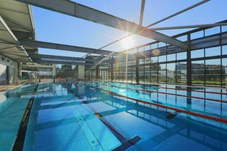 """La piscine Montfleury à Cannes avec son bassin de 25m découvrable par beau temps.<span class=""""normal italic petit"""">© Ville de Cannes/J. Kélagopian</span>"""