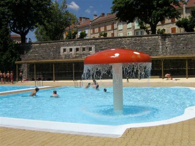 Le bassin pour les enfants de la piscine à La Chapelle en Vercors est équipé d'un champignon arroseur
