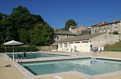 Les bassins de la piscine à Uzes