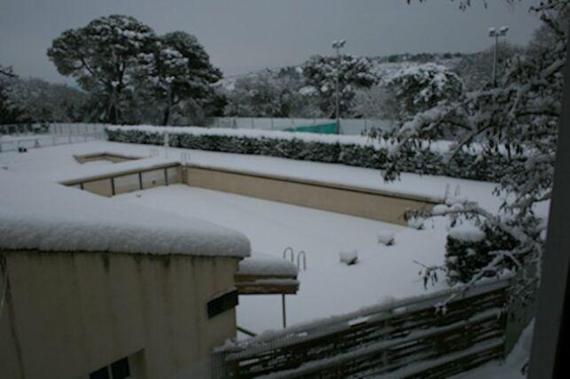 Piscine à Uzes, sous la neige en hiver !