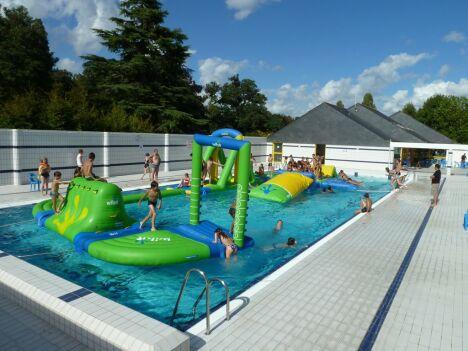 La piscine municipale de Descartes installe parfois des équipements ludiques pour des manifestations spéciales.