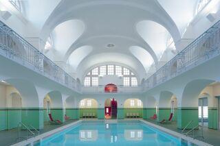 Découvrez cette piscine à l'ambiance si particulière