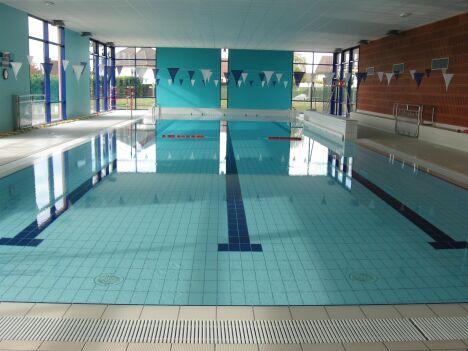 Piscine de Puiseaux : le grand bassin est séparé en plusieurs couloirs de nage