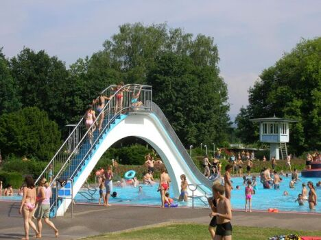 "Toboggan de la piscine Natura FamilienFreibad<span class=""normal italic petit"">DR</span>"
