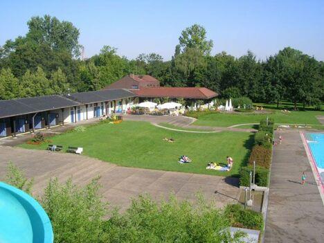 "Le solarium de la piscine Natura FamilienFreibad<span class=""normal italic petit"">DR</span>"
