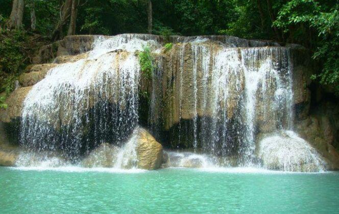 Piscine naturelle dans le Parc National d'Erawan, Thaïlande © honey-bee