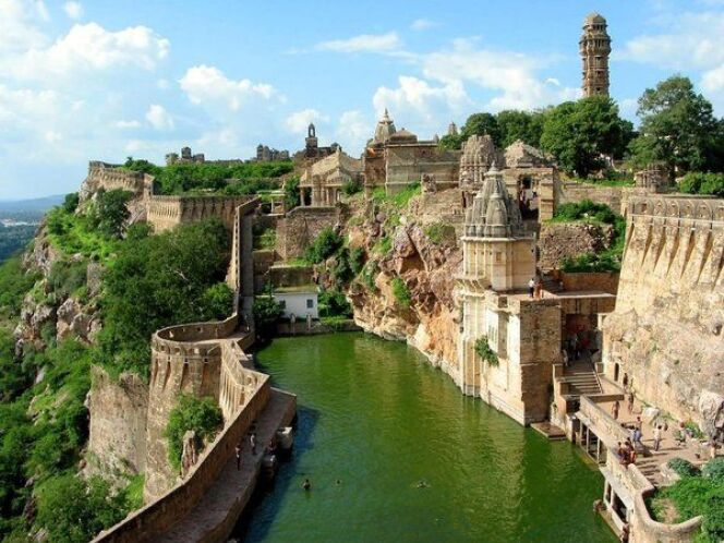 Piscine naturelle du réservoir de Chittorgarh en IndeDR