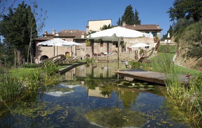 Piscine naturelle et maison en pierres © Living-Pool de BIOTOP - www.baignade-ecologique.com
