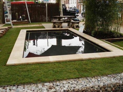 """Piscine naturelle rectangulaire avec bordure en pierre + pelouse<span class=""""normal italic petit"""">© Patrick Lemaire Paysage</span>"""