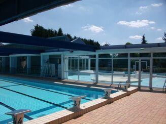 Le toit de la piscine Plein Soleil à Maizières Les Metz s'ouvre en été pour découvrir le bassin