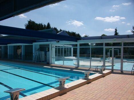 """Le toit de la piscine Plein Soleil à Maizières Les Metz s'ouvre en été pour découvrir le bassin<span class=""""normal italic petit"""">DR</span>"""