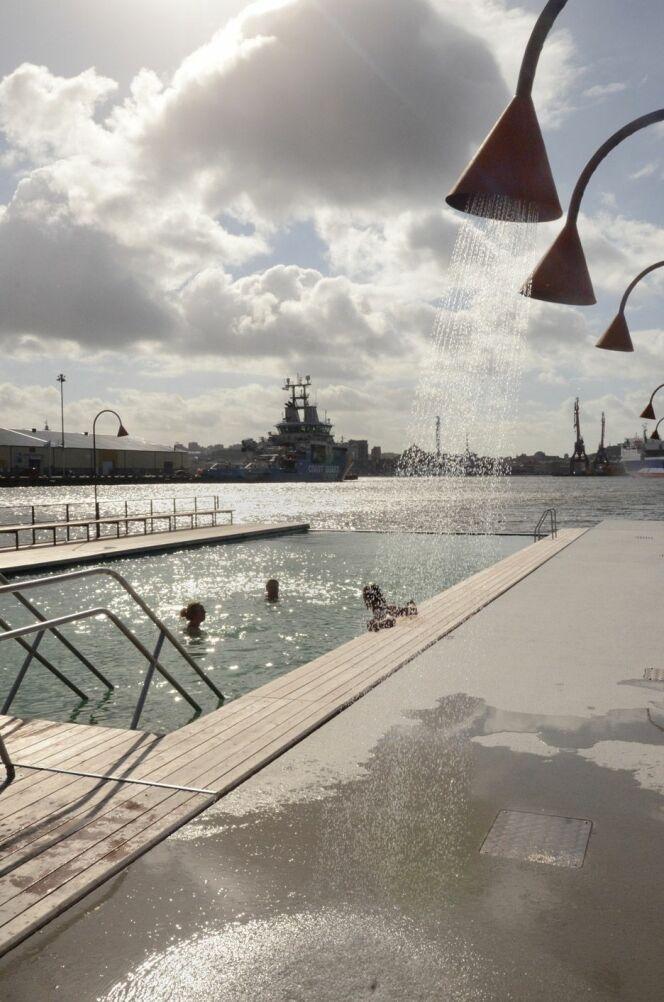"""La piscine extérieure<span class=""""normal italic petit"""">© De Zeen - Raumlabor</span>"""
