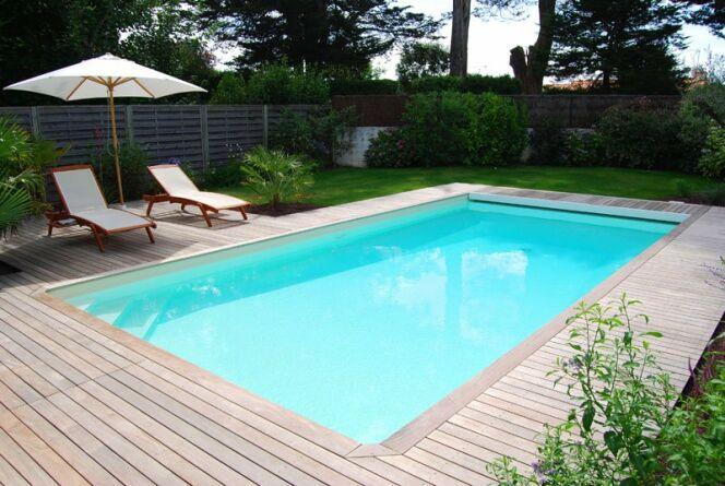 """La piscine rectangulaire s'intégrera à tous les environnements.<span class=""""normal italic petit"""">© L'Esprit Piscine</span>"""