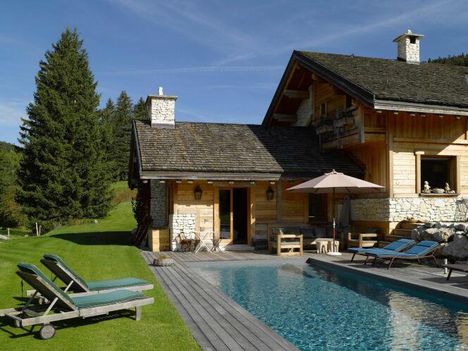 Photo 1 : Piscine de montagne devant chalet en bois, ambiance chaleureuse