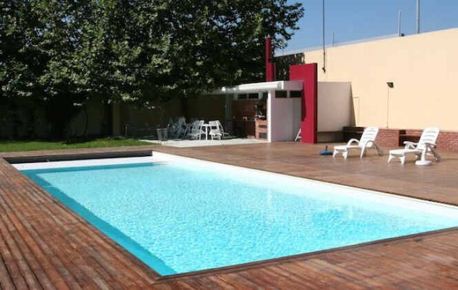Piscine rectangulaire avec volet immergé - piscinebluedesign © piscinebluedesign