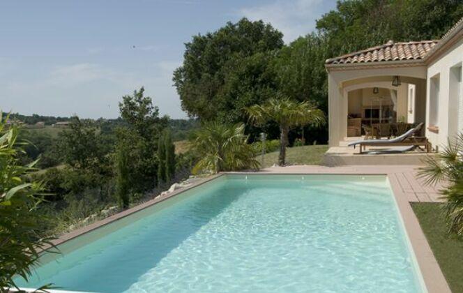 Piscine rectangulaire avec terrasse en bois © Piscines Marinal