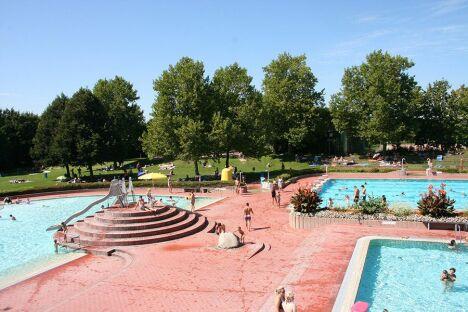 """Les bassins extérieurs de la piscine Schwarzwaldbad Bühl à Buehl<span class=""""normal italic petit"""">DR</span>"""