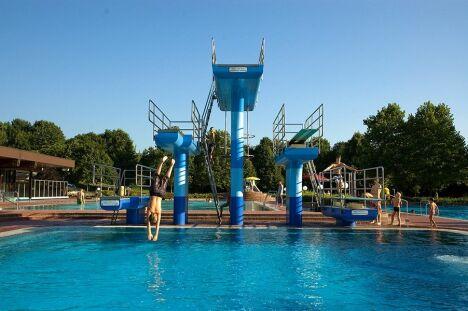"Les plongeoirs de la piscine Schwarzwaldbad.<span class=""normal italic petit"">DR</span>"