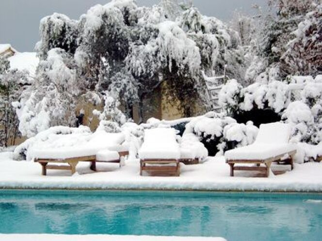 piscine sous la neige. Black Bedroom Furniture Sets. Home Design Ideas