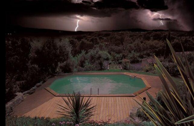 Piscine sous un orage menaçant. Irréel.