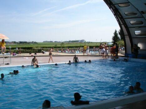 """Le toit de la piscine de Fagnières s'ouvre en été pour découvrir le bassin de natation<span class=""""normal italic petit"""">DR</span>"""