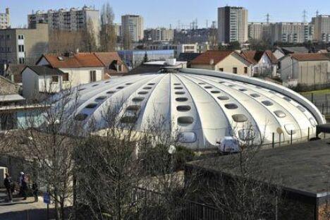 """Piscine Tournesol de Bondy : le toit en forme de coupole peut s'ouvrir lors des beaux jours <span class=""""normal italic petit"""">© M.Partouche</span>"""