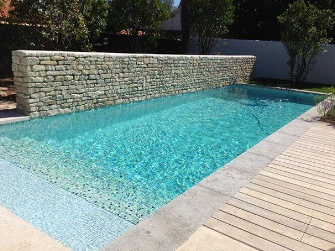 Les plus belles piscines avec de la mosa que piscine avec mur en pierres s ches et carrelage for Peinture pour piscine