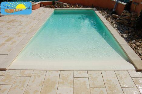 """Piscine avec plage immergée en pente douce par Piscine Plage<span class=""""normal italic petit"""">© Piscine Plage®</span>"""