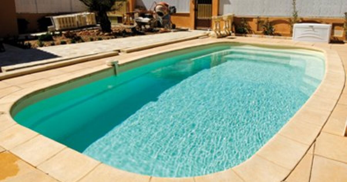 Piscine coque polyester fluorite fond plat alliance piscines for Construction piscine coque