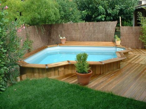 "Piscine d'angle en bois hors sol Bluewood  <span class=""normal italic petit"">© Bluewood</span>"