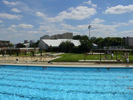 """Le centre aquatique de Sarcelles en été.<span class=""""normal italic petit"""">© Communauté d'agglomération Val de France</span>"""
