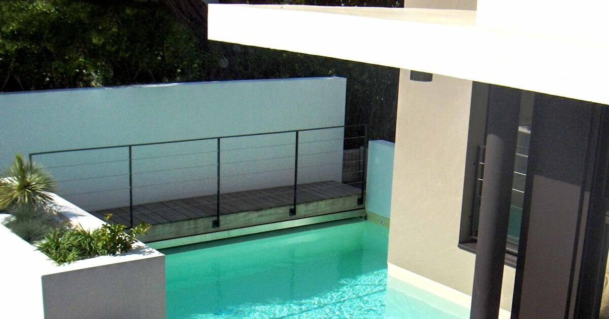 Photos de piscines design quand les piscines deviennent for Devis piscine desjoyaux 8x4