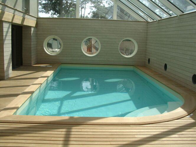 Photos des plus belles piscines int rieures pour nager - Cache angle margelle piscine bois ...