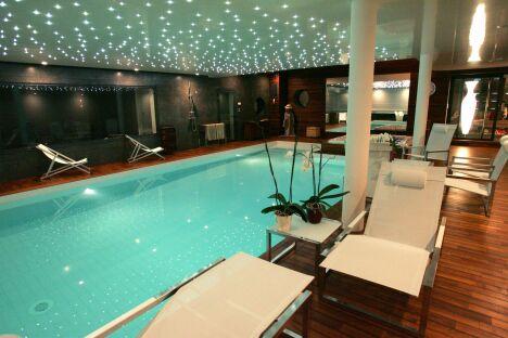 """Piscine intérieure avec plafond étoilé de LED, plages de parquet en bois et miroir<span class=""""normal italic petit"""">© L'Esprit Piscine</span>"""