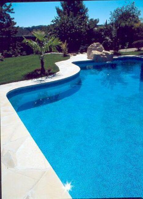 piscines panneaux avec rocher synthétique