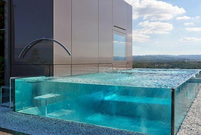 piscines aux parois en verre carr bleu piscine enterr e piscines carr bleu. Black Bedroom Furniture Sets. Home Design Ideas