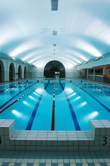 """La piscine de Puteaux est équipée d'un bassin couvert qui permet de nager quelle que soit la température extérieure<span class=""""normal italic"""">DR</span>"""