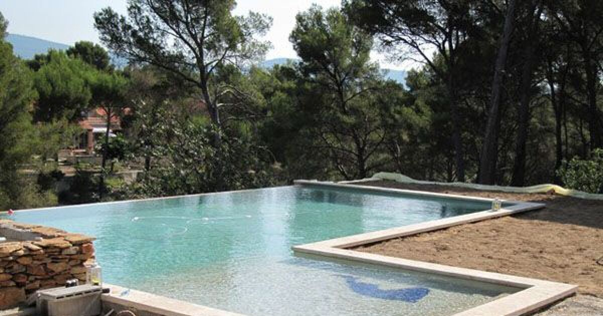 Jolie piscine rectangulaire b ton prix for Prix piscine beton