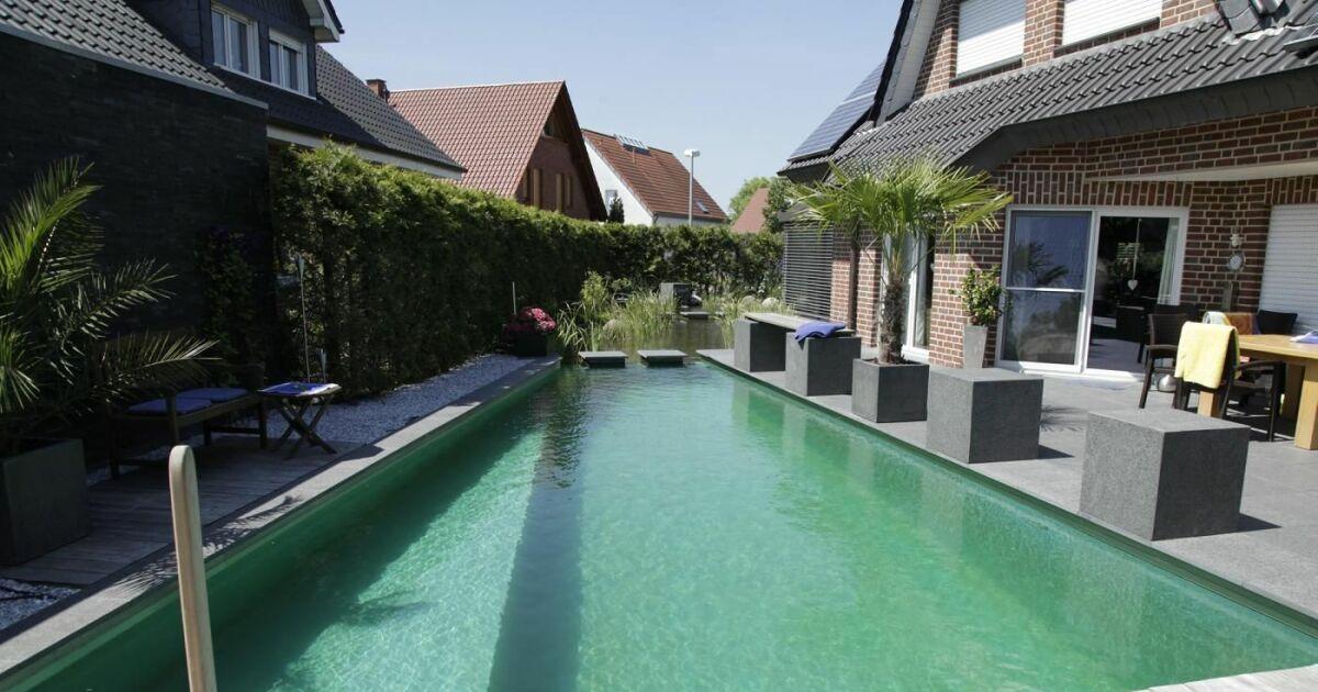 photo de piscines avec terrasse salon de jardin piscines naturelles et bassins de baignade. Black Bedroom Furniture Sets. Home Design Ideas
