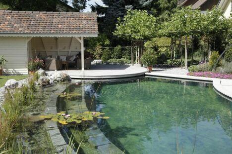 """Piscine naturelle de charme totalement intégrée dans son environnement<span class=""""normal italic petit"""">© Living-Pool de BIOTOP - www.baignade-ecologique.com</span>"""