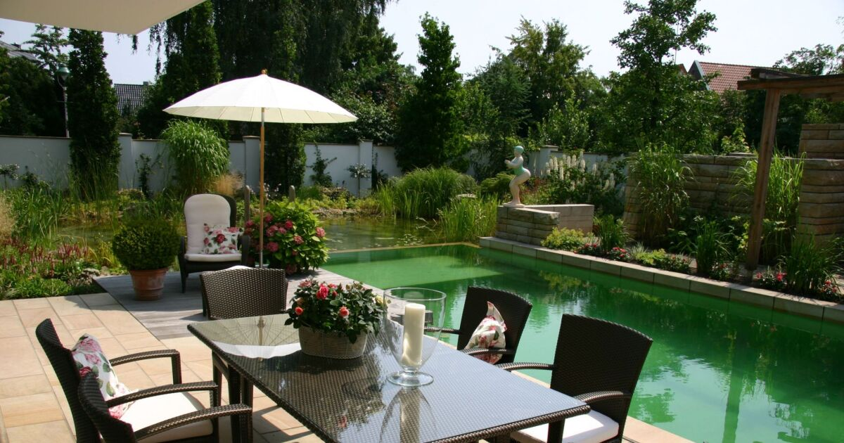 Photo de piscines avec terrasse salon de jardin for Jardin et terrasse design