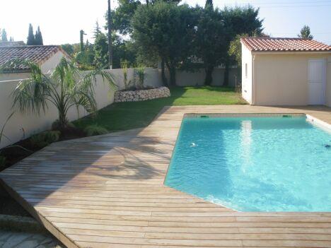 """Bassin situé à La Salvetat st Gilles de dimension 9 x 4.50 ml avec escalier d'angle, liner sable, terrasse en ipé.<span class=""""normal italic petit"""">DR</span>"""